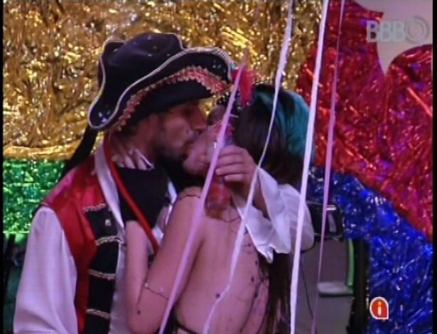 10.fev.2013 - Depois de trocaram um selinho no começo da festa, Eliéser e Kamilla se beijaram pra valer durante a festa Folia