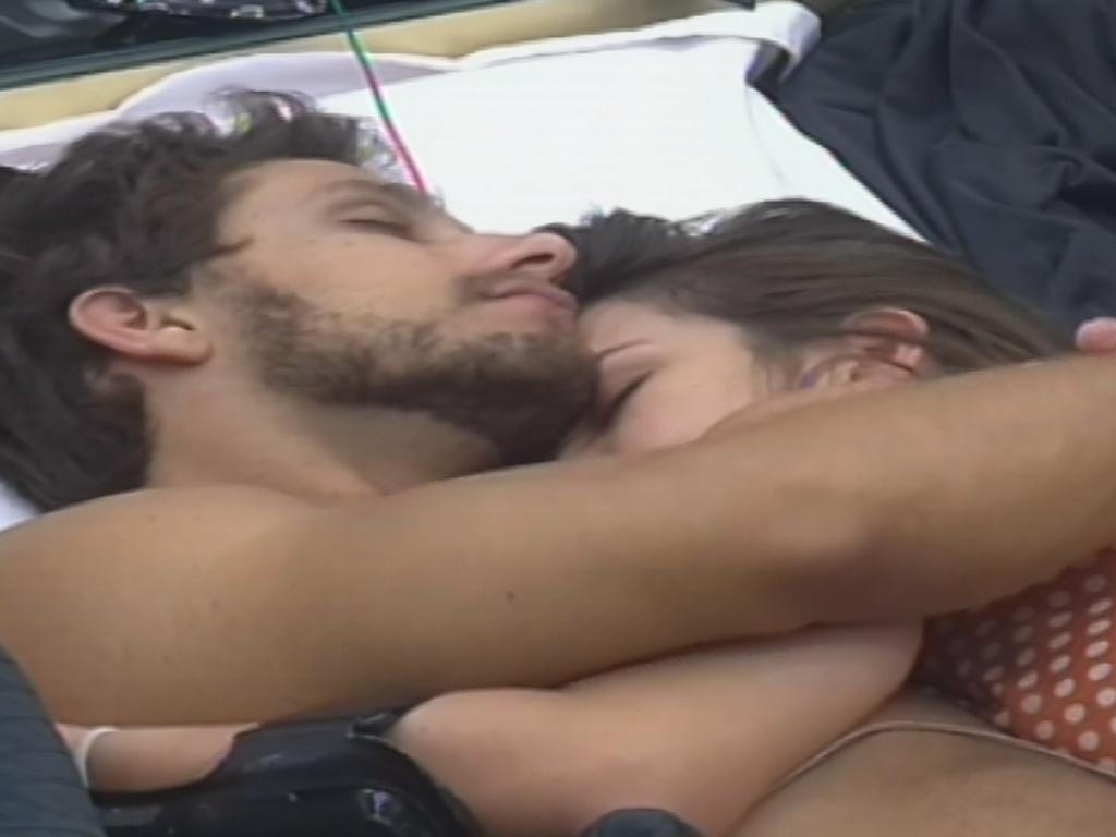 10.fev.2013 - Eliéser e Kamilla dormem juntos no quarto do líder