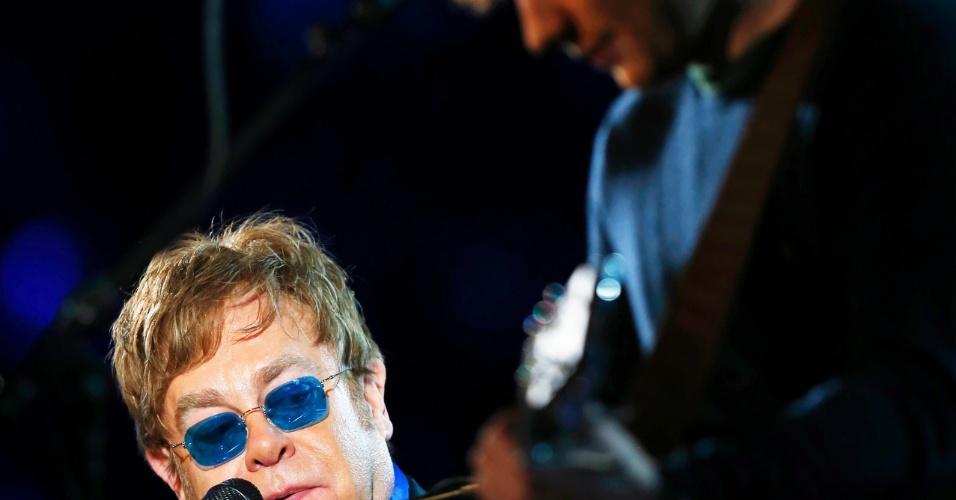 10.fev.2013 - Elton John (à esq) canta a música