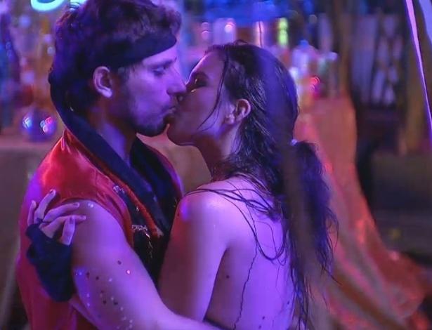 10.fev.2013 - Em total clima de romance, casal Eliéser e Kamilla se beijam na pista de dança