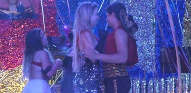 10.fev.2013 - Fernanda tenta beijar André, mas o capixaba se esquiva das investidas da ex