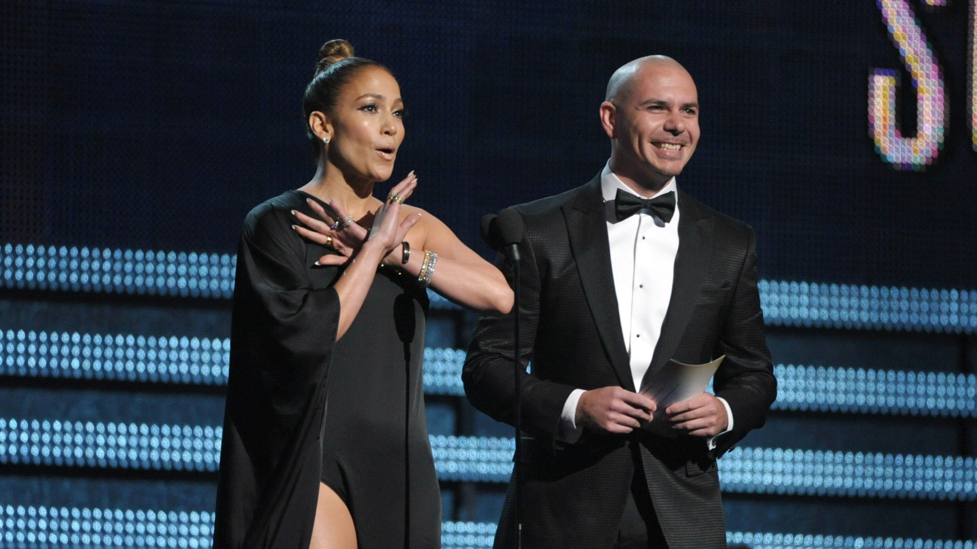 10.fev.2013 - Jennifer Lopez e o rapper Pitbull apresentam o prmio de melhor performance pop no Grammy.