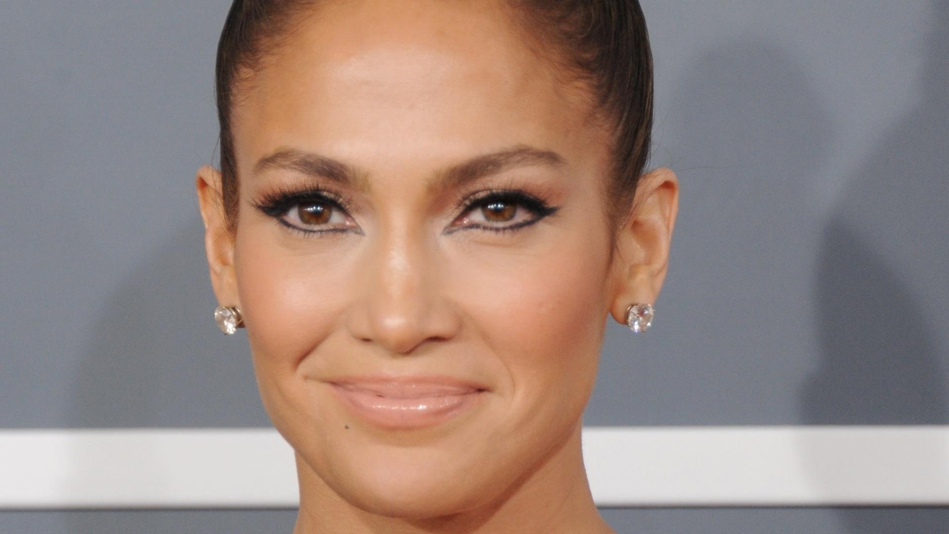 10.fev.2013 - Jennifer Lopez posa para os fotógrafos no tapete vermelho do Grammy