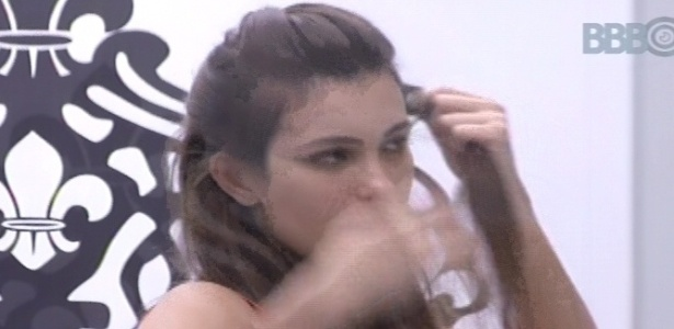 10.fev.2013 - Kamilla arruma o cabelo enquanto conversa com Fernanda sobre Marien e André