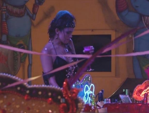 10.fev.2013 - Kamilla devora os salgados e doces da festa Folia