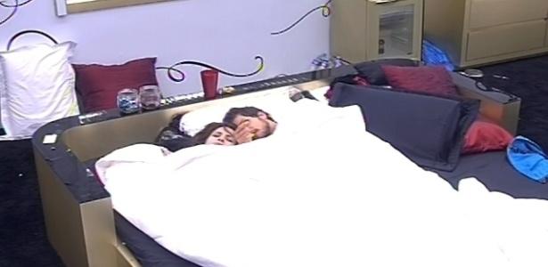 10.fev.2013 - Kamilla e Eliéser acordam ao som do toque de despertar, em ritmo de samba