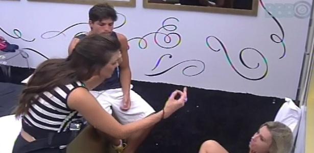 10.fev.2013 - Kamilla reclama de Marien para André e Fernanda no quarto do líder