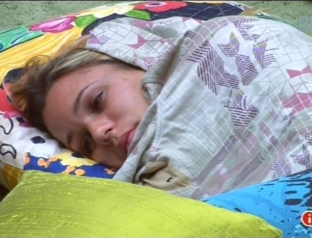 10.fev.2013 - Marien abre os olhos mas não quer sair da cama após toque de despertar