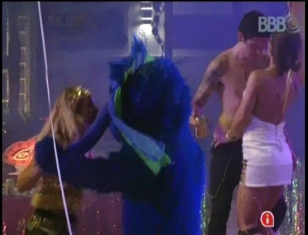 """10.fev.2013 - Marien dança com o """"Blue Cat"""" durante festa Folia. Ao fundo, Nasser e Andressa trocam carinhos."""