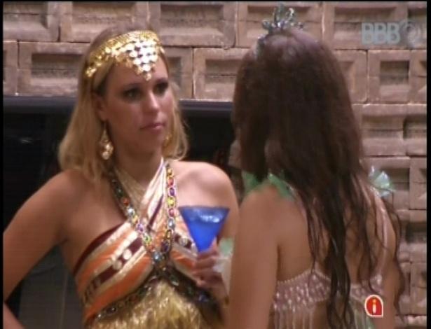 10.fev.2013 - Marien e Andressa conversam sobre relacionamento de Eliéser e Kamilla dentro da casa