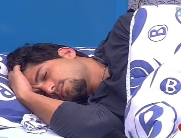 10.fev.2013 - Mesmo após o toque de despertar, André se recusa a levantar da cama