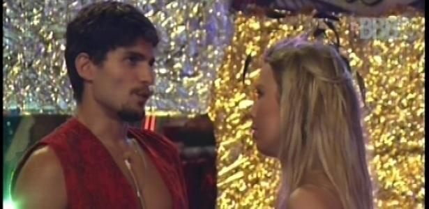 10.fev.2013 - Mesmo separados, André e Fernanda fazem uma nova discussão de relacionamento durante a festa
