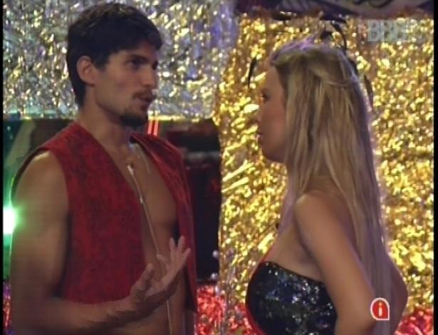 10.fev.2013 - Mesmo separados, André e Fernanda fazem uma nova discussão de relacionamento durante a festa Folia