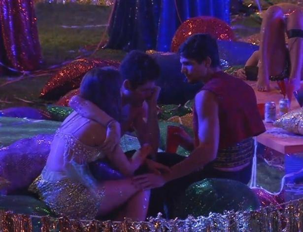 10.fev.2013 - Nasser chora de saudade da família durante festa e é consolado por Andressa e André