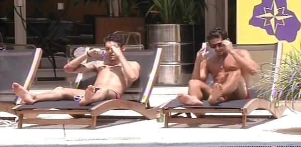 10.fev.2013 - Nasser e André tomam banho de sol e decidem cair na piscina para refrescar