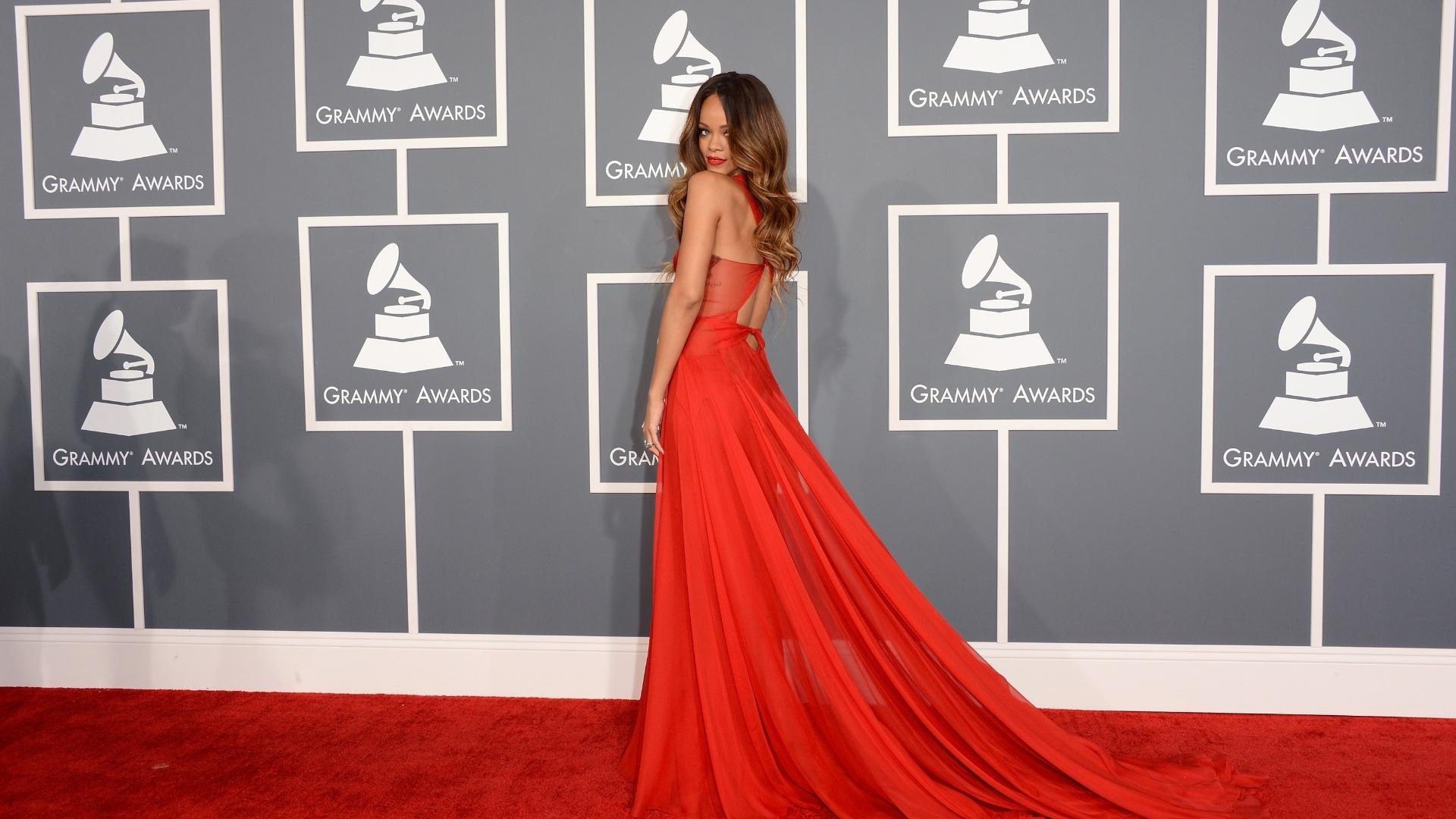 10.fev.2013 - Rihanna posa para os fotógrafos no tapete vermelho do Grammy