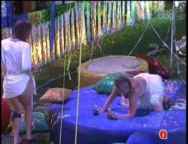 10.fev.2013 - Sem calcinha, Natália dança sensualmente e provoca amiga Fani