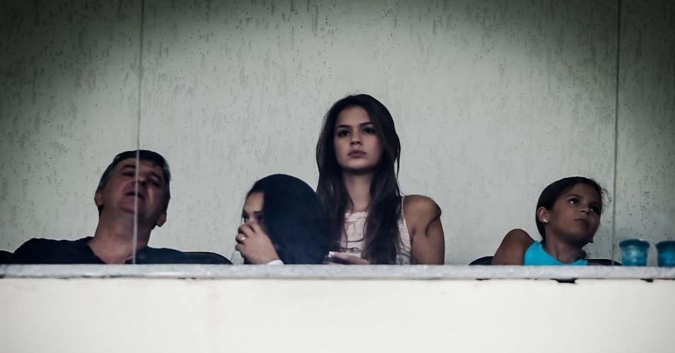 10.fev.2013- Apontada como namorada de Neymar, atriz Bruna Marquezine assiste ao jogo entre Santos e Paulista no Pacaembu