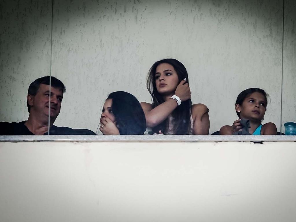 10.fev.2013- Atriz Bruna Marquezine acompanha jogo entre Santos e Paulista das tribunas do Pacaembu