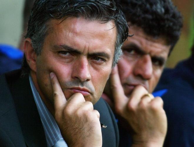 17.jul.2004 - José Mourinho e seu auxiliar Baltemar Brito acompanham jogo do Chelsea contra o Oxford