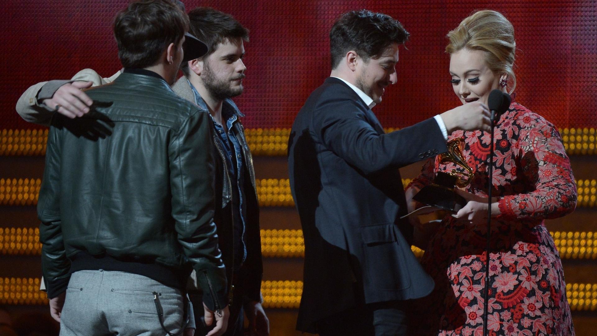 10.fev.2013 - A banda Mumford and Sons ganha o prêmio de álbum do ano das mãos de Adele na 55ª edição do Grammy Awards