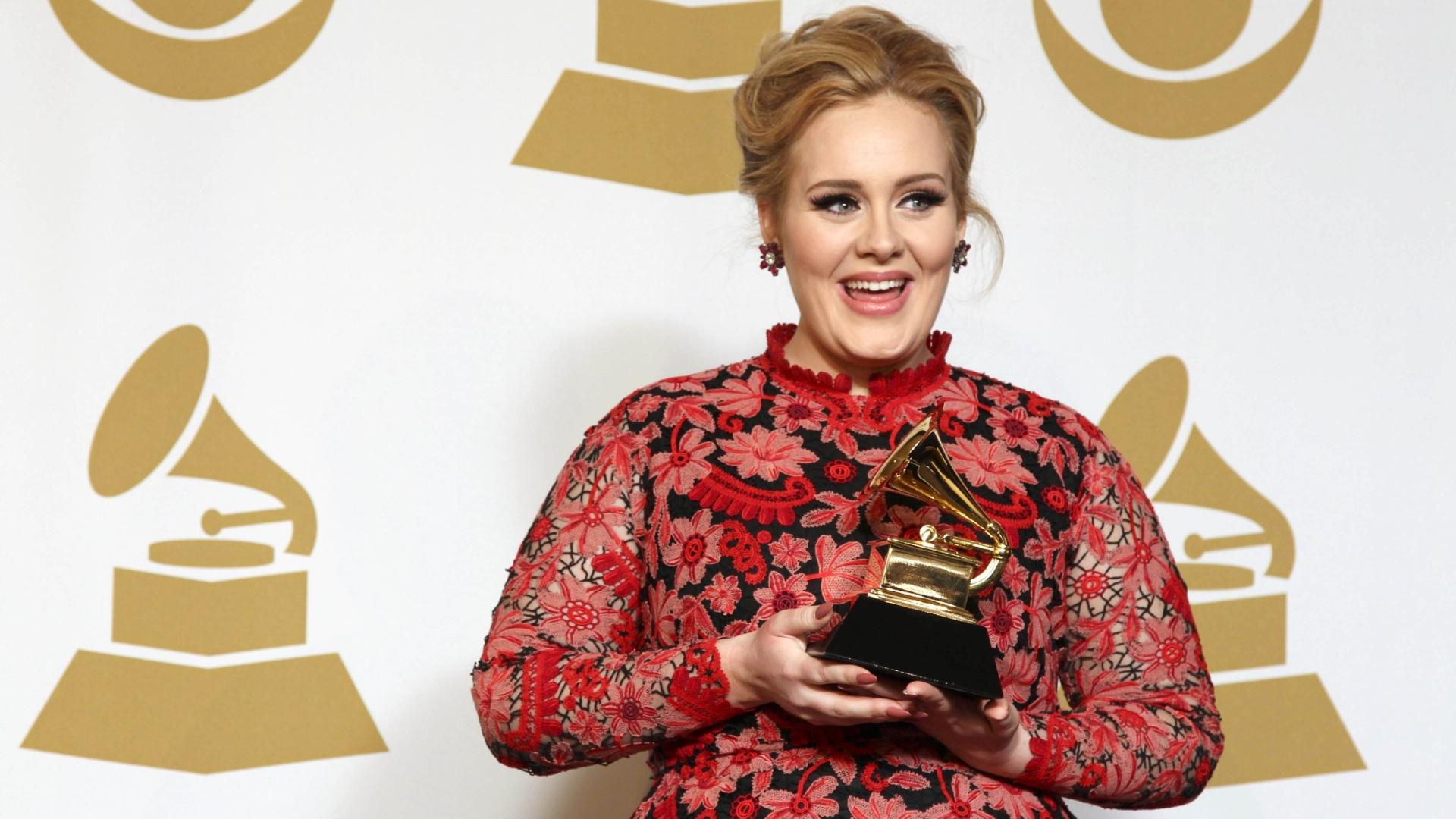 10.fev.2013 - Adele posa com seu Grammy de performance solo com