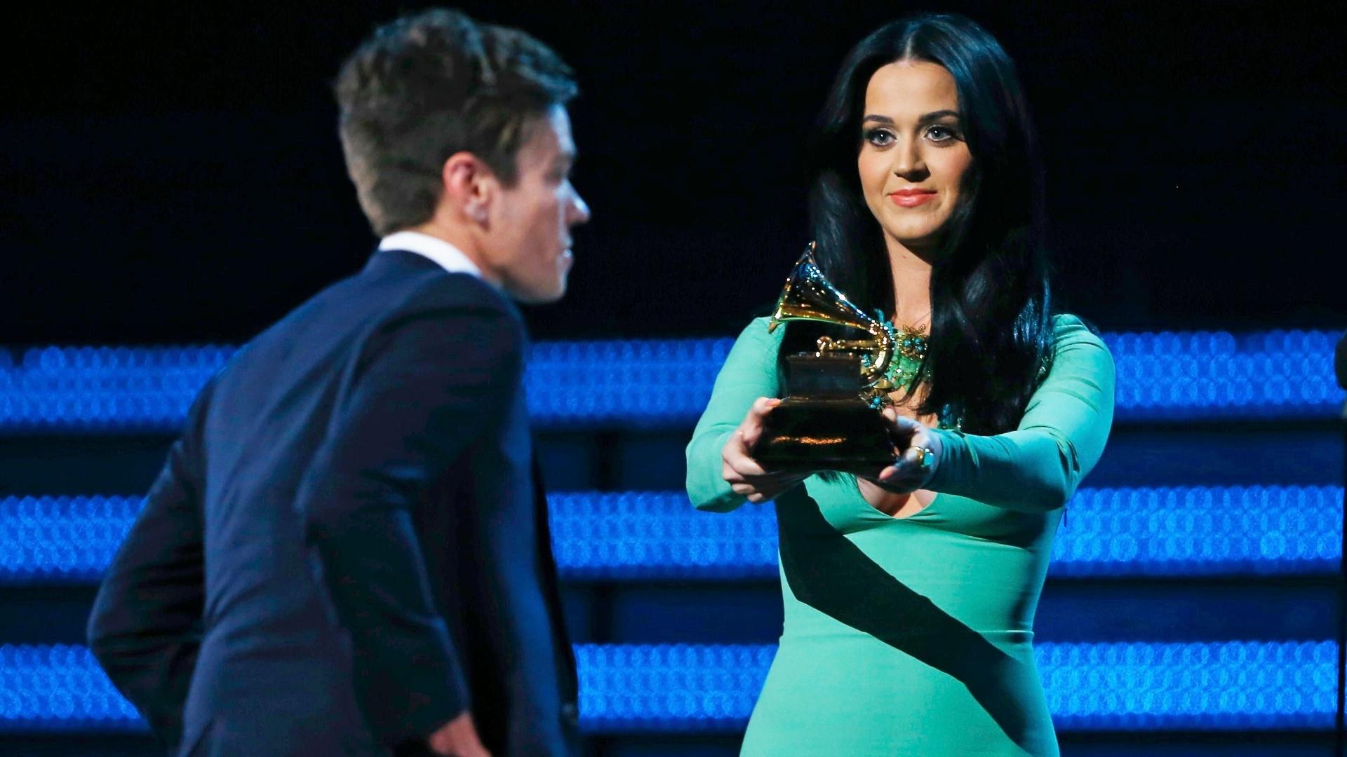 10.fev.2013 - Kate Perry entrega o Grammy de artista revelação para Nate Ruess, vocalista da banda Fun.