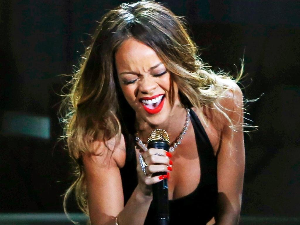 10.fev.2013 - Rihanna se apresenta no 55º Grammy Awards