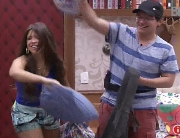 11.fev.2013 - Andressa e Ivan fazem guerra de travesseiros no quarto biblioteca