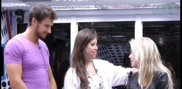 11.fev.2013 - Eliéser, Andressa e Fernanda combinam em quais quartos irão dormir neste domingo