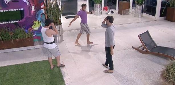 11.fev.2013 - Eliéser imita o apresentador Fausto Silva e arranca risos e Ivan e André