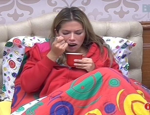 11.fev.2013 - Fani toma um capuccino deitada em sua cama no quarto biblioteca