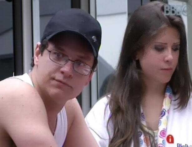 11.fev.2013 - Ivan e Andressa conversam sobre voto da líder Kamilla em Marien
