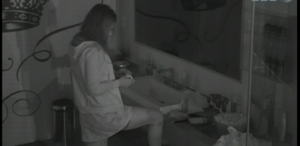 11.fev.2013 - Kamilla acorda para fazer curativo em seu calo no pé, que abriu enquanto dormia