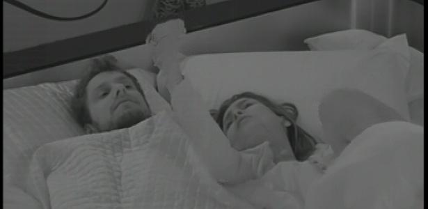 11.fev.2013 - Kamilla perdeu o sono no quarto do líder e acordou Eliéser para ouvir seus argumentos sobre a votação realizada na noite anterior