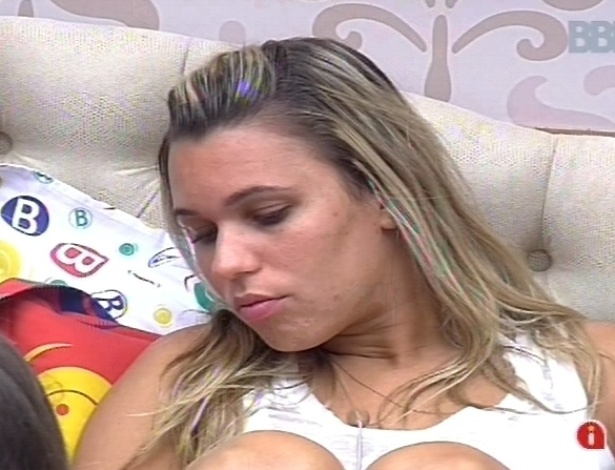 11.fev.2013 - Marien diz que Kamilla ficou com cimes de ela ter abraado Eliser
