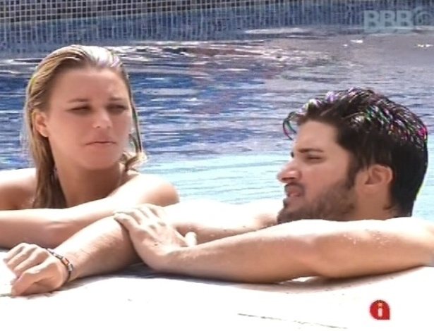 11.fev.2013 - Marien e Marcello conversam com Andressa sobre outros brothers na beira da piscina