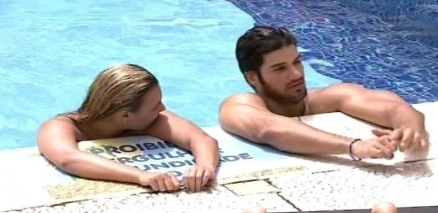 11.fev.2013 - Marien e Marcello se refrescam na piscina enquanto conversam com outros brothers