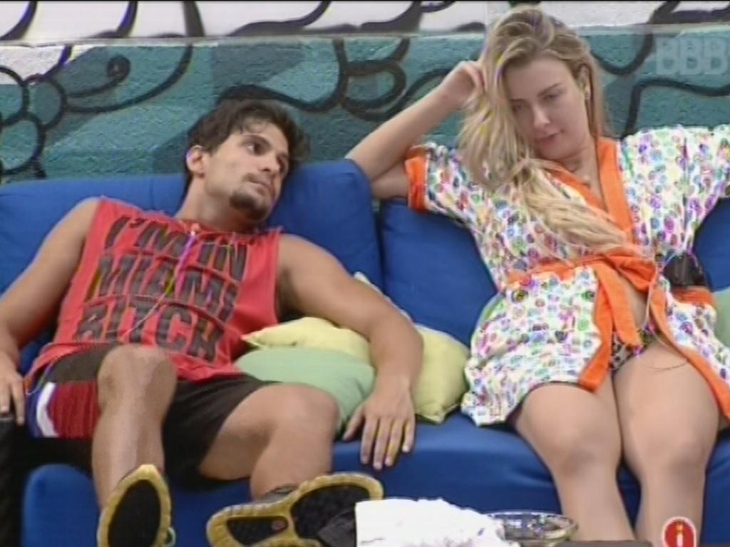 11.fev.2013 - André e Fernanda conversam sobre produtos para cabelo no confinamento