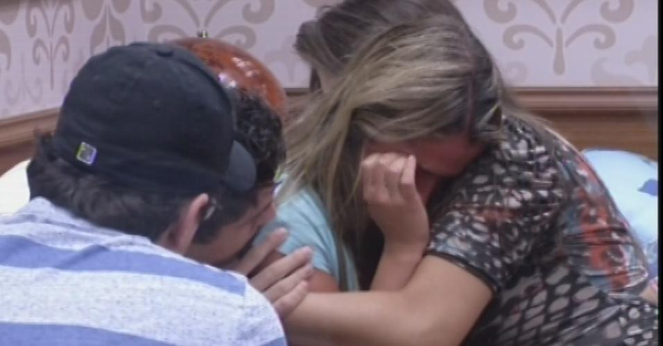 11.fev.2013 - Fani chora e é consolada por Andressa, Nasser e Ivan