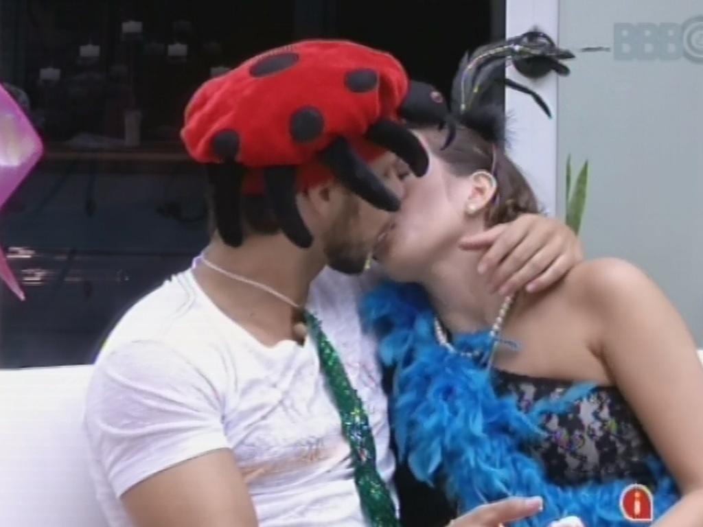 11.fev.2013 - Kamilla e Eliéser se beijam com chantilly enquanto brothers veem os desfiles do Carnaval do Rio de Janeiro