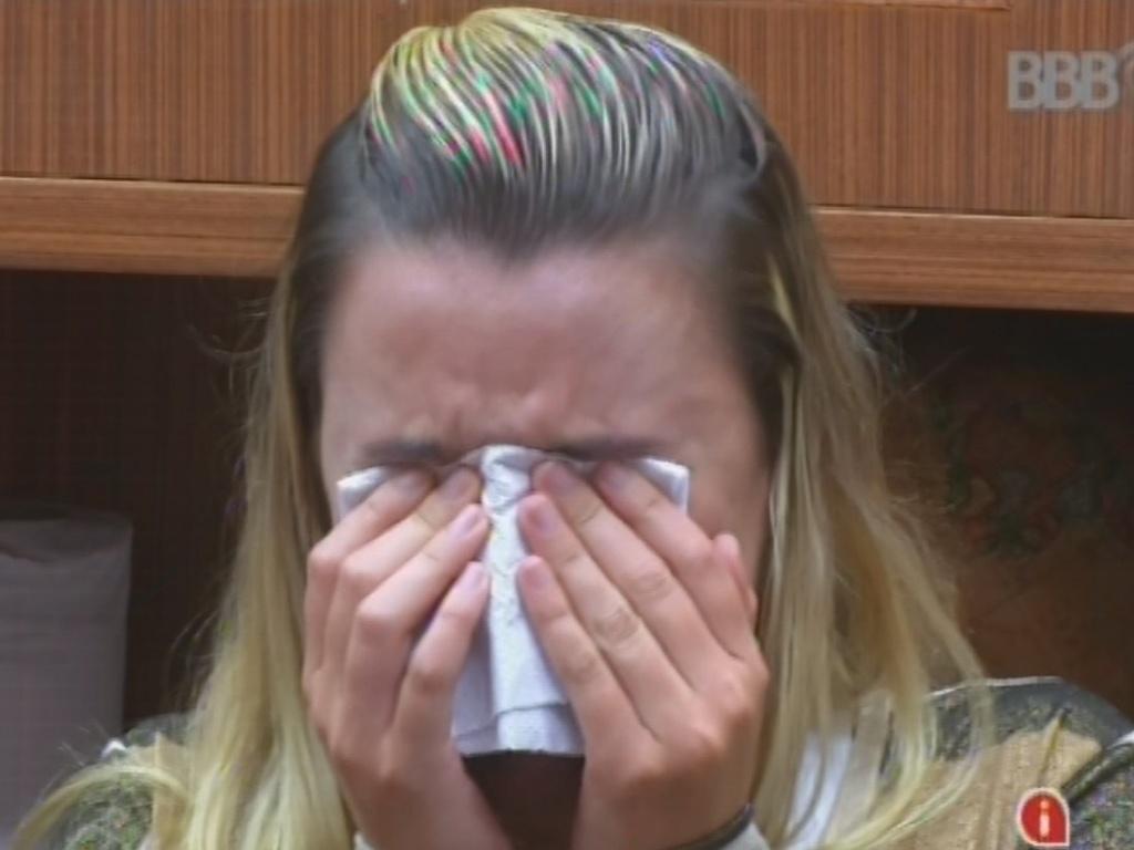11.fev.2013 - Marien chora por causa de Eliéser e é consolada por Ivan e Andressa