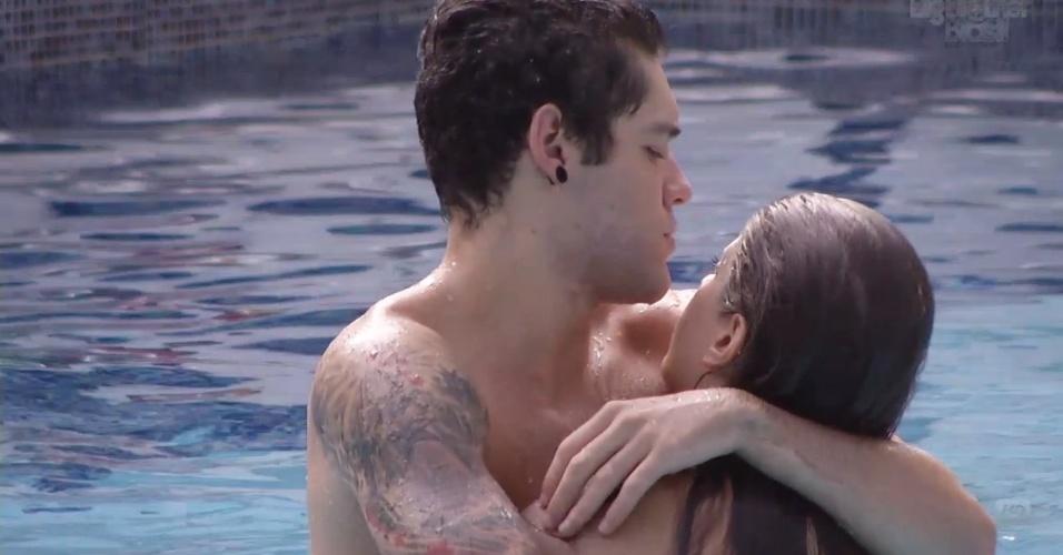 11.fev.2013 - Nasser dá um abraço em Andressa enquanto os dois brincam na piscina