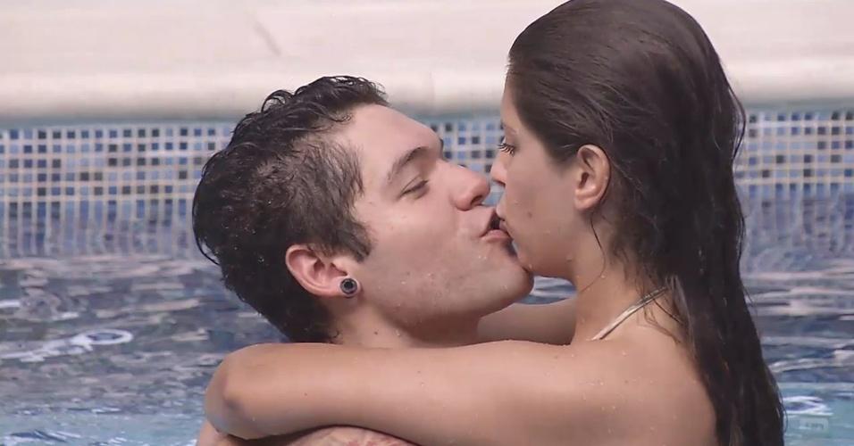 11.fev.2013 - Nasser e Andressa se beijam na piscina