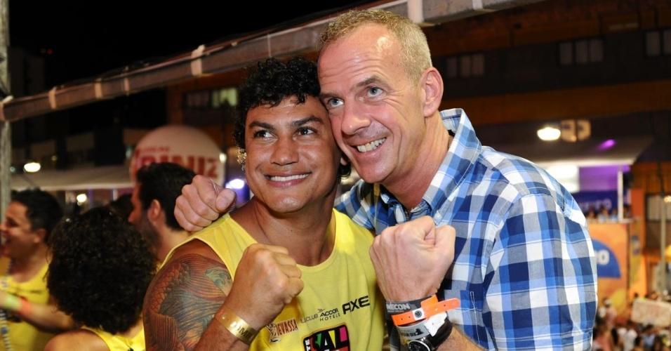 Ex-pugilista Acelino Freitas, o Popó, brinca em foto com o DJ Fat Boy Slim, em Carnaval em Salvador