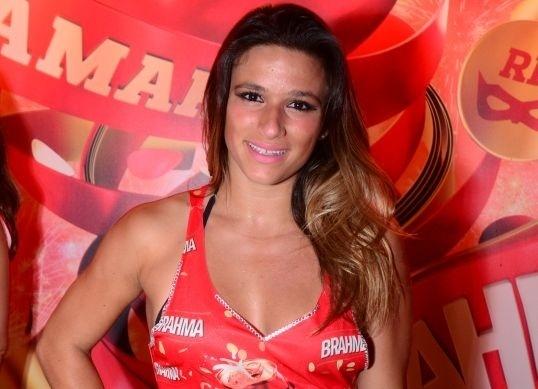 Jade Barbosa assiste à Carnaval na Marquês de Sapucaí