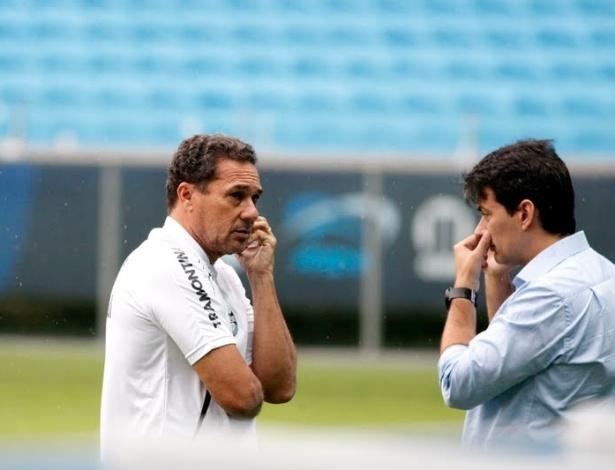 Técnico Vanderlei Luxemburgo e diretor executivo do Grêmio, Rui Costa, falam ao telefone durante treino na Arena (11/03/2013)