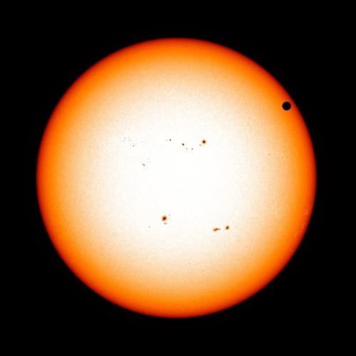 Trânsito de Vênus é visto pelo SDO, com o Sol ao fundo, em 5 de junho de 2012