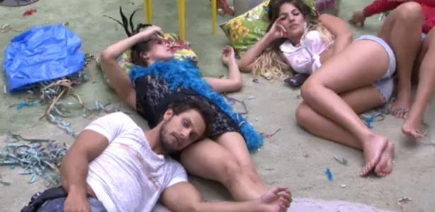 12.fev.2013 - Brothers assistem ao segundo dia de desfile das escolas de samba do Rio de Janeiro