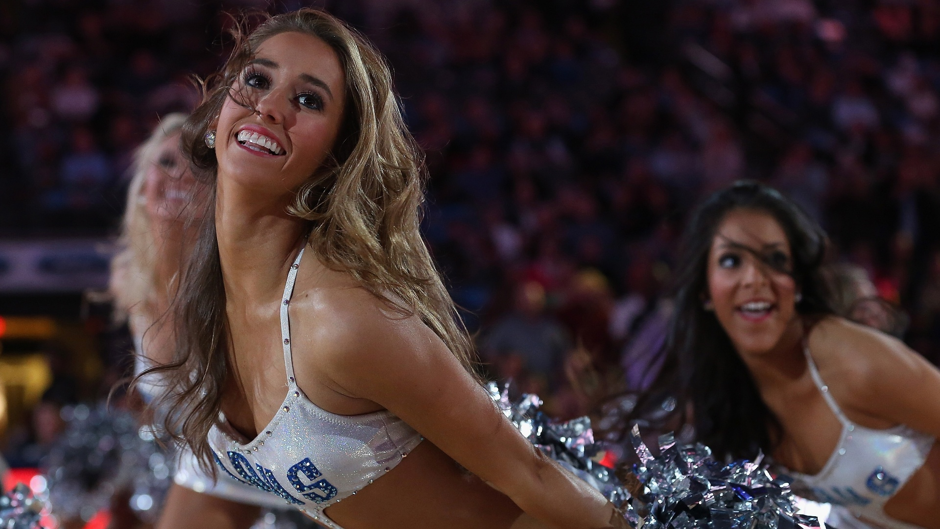 11.fev.2013 - Cheerleaders dançam no intervalo da vitória dos Atlanta Hawks sobre os Dallas Mavericks, no Texas: 105 a 101